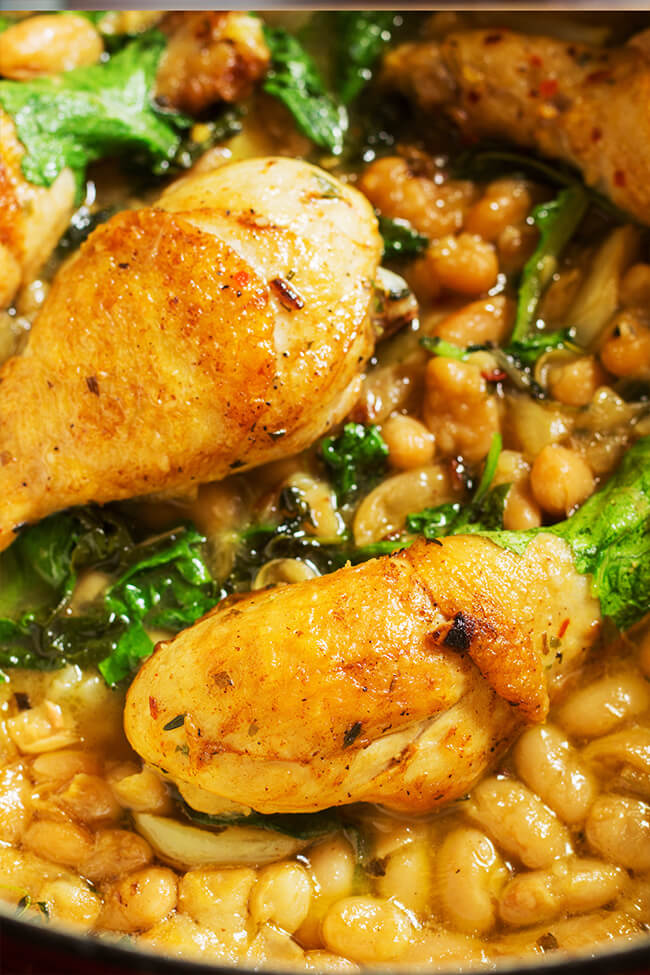 Chicken kale and white beans stew for the win! I love a meal that is pretty low effort with maximum flavors. I love any recipe that screams warm and cozy. And the gravy is ridiculously good.